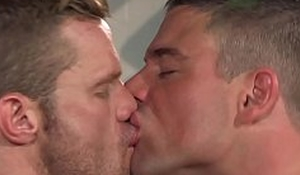 Muscular gays Landon Conrad and Derek Atlas anal fuck